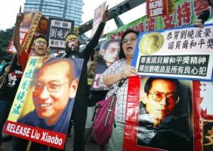 劉暁波氏の釈放を要求するデモ参加者 於香港の中国外務省前